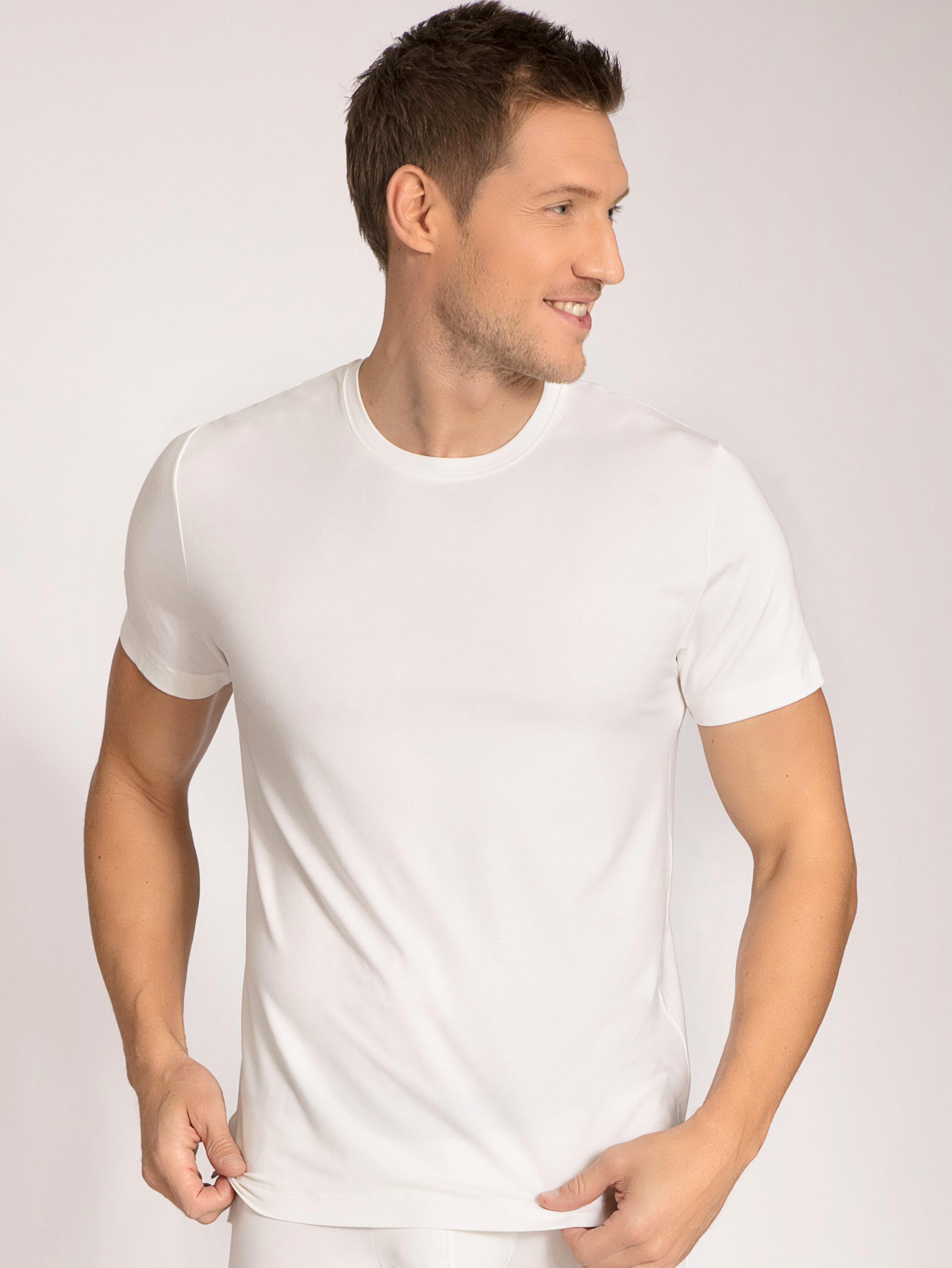 Artikel klicken und genauer betrachten! - Für wohltuende Frische! Dieses Shirt mit kurzem Arm aus der Serie ALP FLIX von CALIDA zeichnet sich durch eine besonders hochwertige und innovative Fasermischung aus Milchproteinen und weich fließendem MicroModal® aus. Diese Material ist klimaregulierend, erfrischend und besonders sanft zur Haut. So vereint CALIDA gute Schweizer Tradition, Innovation und Nachhaltigkeit auf perfekte Art und Weise. | im Online Shop kaufen