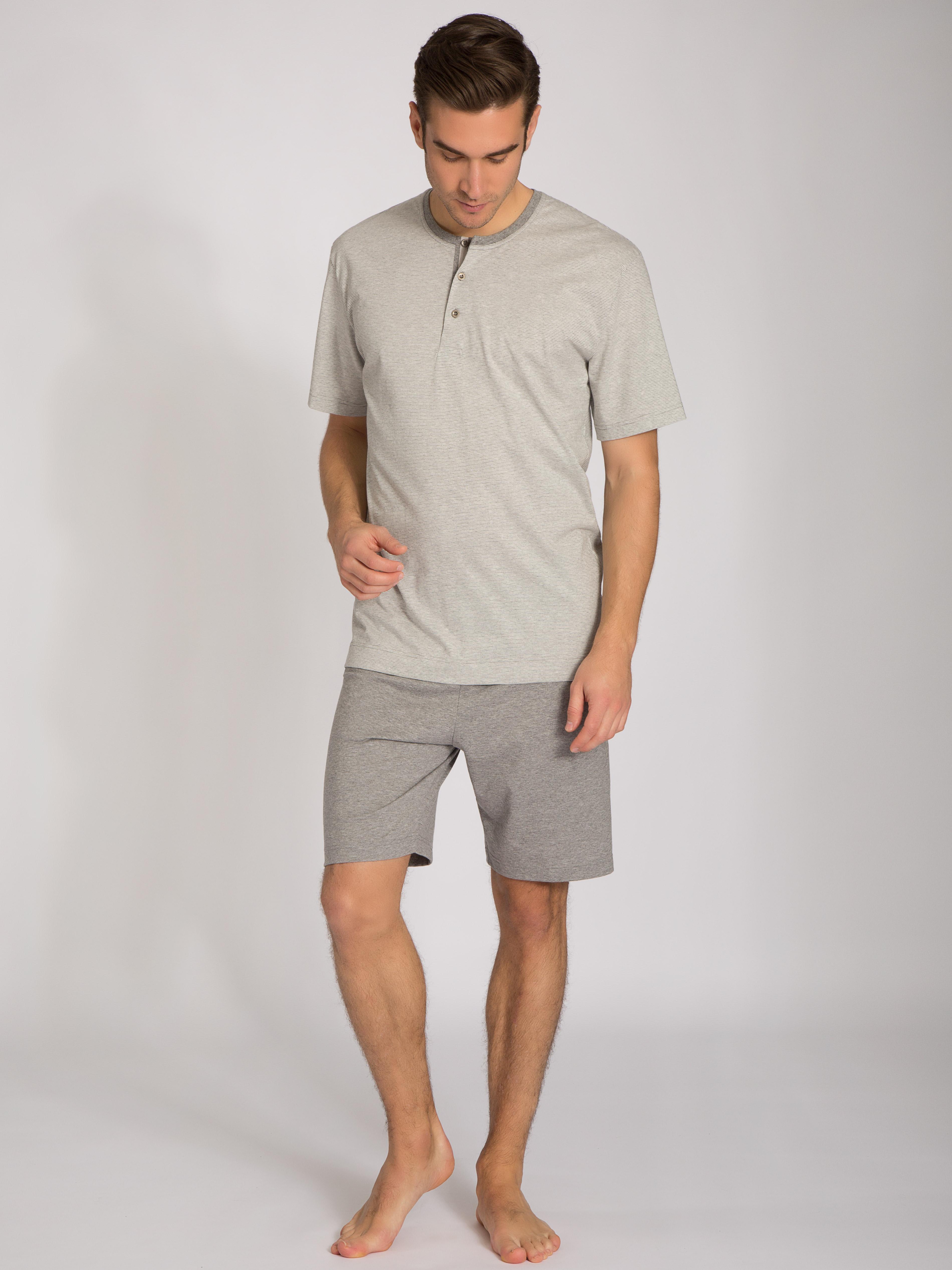 Artikel klicken und genauer betrachten! - Kurz-Pyjama mit Knopfleiste aus der Serie PORT LOUIS von CALIDA. Die leichte Single Jersey-Qualität ist perfekt für laue Sommernächte, während der sportliche Bicolor-Ringelprint perfekt zu den maskulinen Details passt. Ein toller Style für Männer, die es lässig mögen. | im Online Shop kaufen